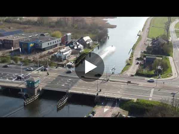 LEIMUIDEN - Dronebeelden van Leimuiden, de Leimuiderbrug en de Westeinderplassen (video)