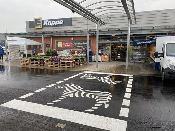Zebrastreifen - im wahrsten Sinne des Wortes - finden sich jetzt auf dem Parkplatz von Edeka-Kappe in Lindhorst.