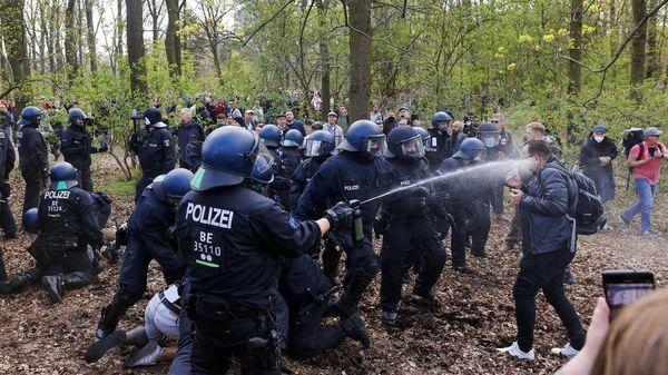"""Veteranen sammeln sich auf Telegram: """"Kesselschlachten in Berlin"""""""