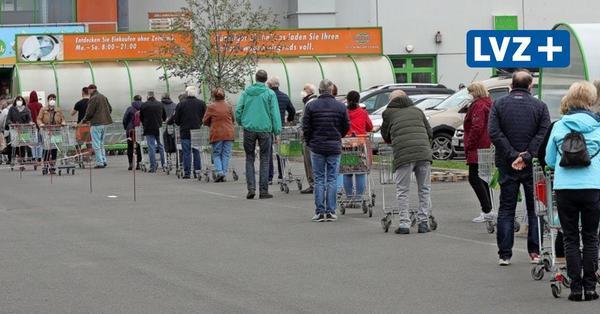 Lange Schlangen und geduldige Kunden: So stark ist der Andrang in Leipzigs Supermärkten vor dem Mai-Feiertag