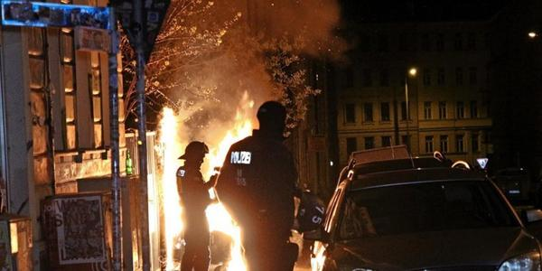 Spontane Demo und brennende Container in der Nacht vor dem 1. Mai