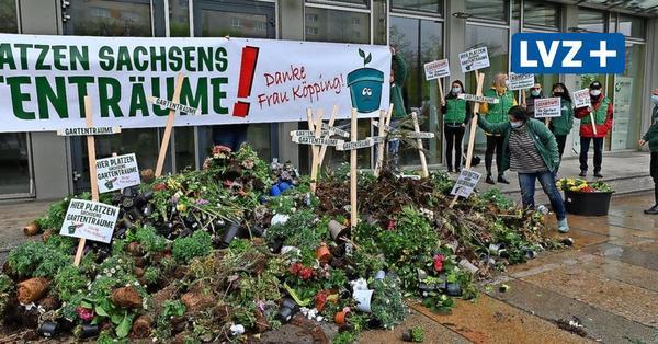 Frust über Schließungen: Gartencenter-Mitarbeiter schmeißen Erde und Blumen vors Sozialministerium in Dresden