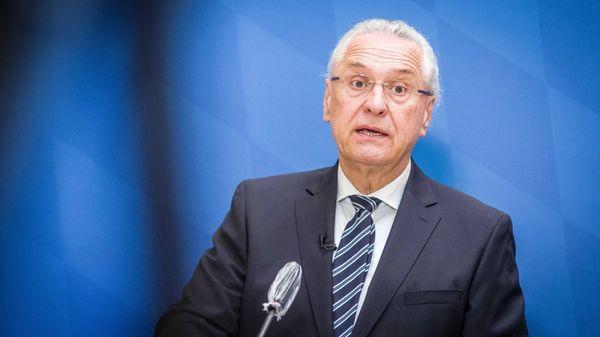 Bayerns Innenminister ruft Asylbewerber zu Impfung auf – absurde Gerüchte im Umlauf