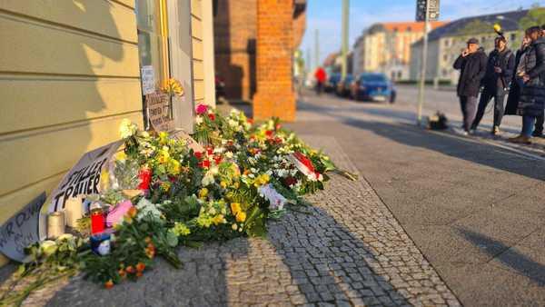 Blumen im Gedenken an die Gewalttat im Oberlinhaus Potsdam. Foto: Julius Frick