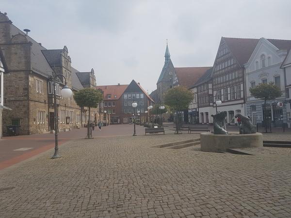 Stadthagen mit Marktplatz und Martinikirche im Hintergrund. (Foto: Bernd Haase)