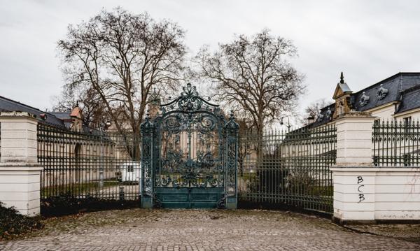 Das Tor zum Jagdschloss Glienicke bei Klein Glienicke. Foto: Peter Degener