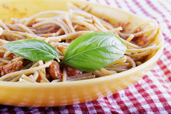 Heute empfehlen wir ein Wohlfühlessen: Pasta mit Thunfisch, Basilikum und Petersilie. Foto: Imago