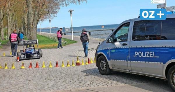 Rennwagen brettert in Stralsund über Promenade: Polizei löst Videodreh auf