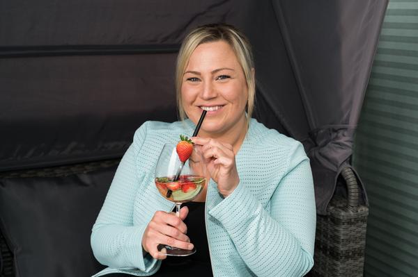 Cindy Krüger (34) trinkt auch gern selbstgemachte Maibowle. (Foto: Martin Börner)