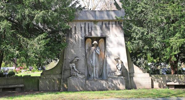 Das Grabmal Meißner mit der überlebensgroßen Engelsfigur.Foto: André Kempner