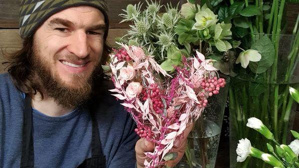 """Muttertag: Das perfekte Blumengesteck basteln - Youtuber """"Der Blumenmann"""" zeigt, wie es geht"""