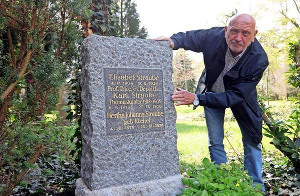Friedhofsforscher Alfred E. Otto Paul am Grab des ehemaligen Thomaskantors Karl Straube, das gerade restauriert und neu bepflanzt wurde.Foto: André Kempner