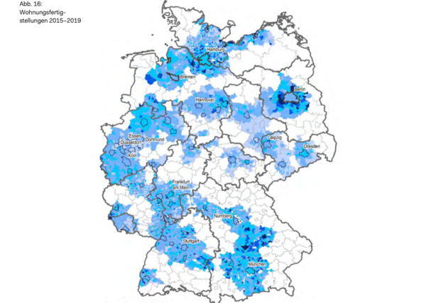 Baufertigstellungen 2015 bis 2019. Hellblau: weniger als 7 Wohnungen pro 100.000 Einwohner. Dunkelblau: Mehr als 40 Wohnungen pro 100.000