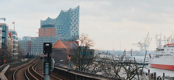 Vue sur l'Elbe, le port et l'Elbphilharmonie (Đăng Nguyễn, Unsplash)