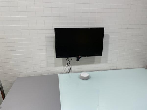 La TV de la cocina son un solitario Amazon Echo blanco en la mesa.