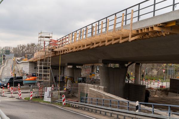 Die zweite Brückenhälfte der Nuthestraße soll jetzt abgerissen werden. Foto: Varvara Smirnova
