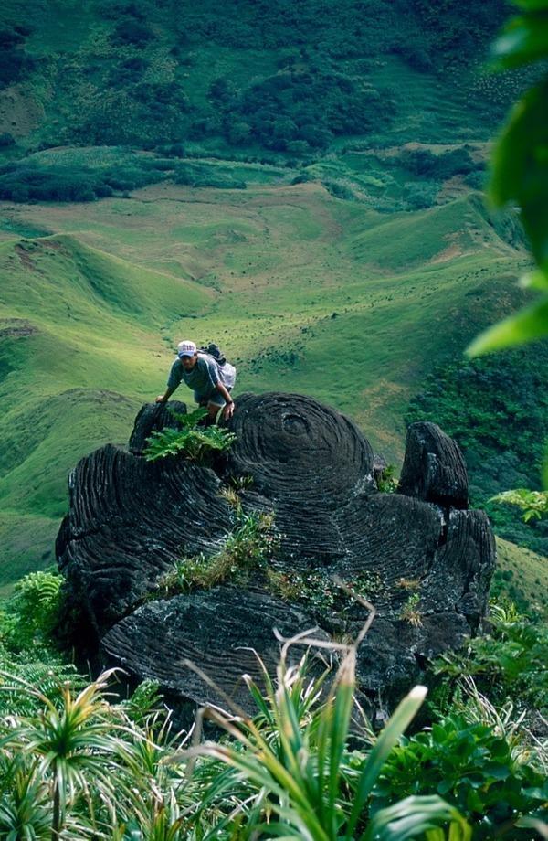 Pootu Takaviri est formé de lave refroidie et solidifiée à l'intérieur d'une cheminée volcanique. Puis le mur s'est effondré, laissant la colonne de lave. (©Jaume Bartroli)