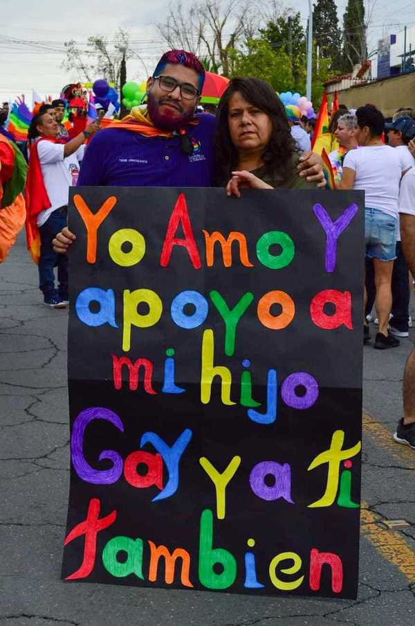 Carlos y su mamá, en la Marcha del Orgullo LGBT+ 2019 de Chihuahua. ¡Un abrazo a todas las madres que no se pierden ni una Marcha!