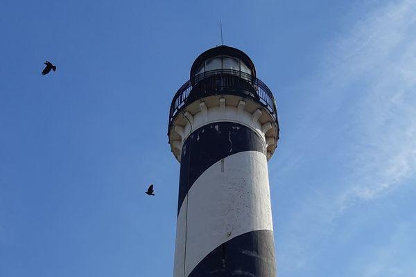 À Gravelines, la rénovation du phare noir et blanc de Petit-Fort-Philippe va commencer - Bekende vuurtoren Gravelines krijgt restauratie