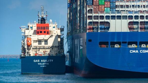 Première en France : un porte-conteneurs a fait le plein de GNL au méthanier de Loon-Plage - Primeur in Frankrijk: een containerschip heeft LNG getankt in de LNG-terminal van Loon-Plage