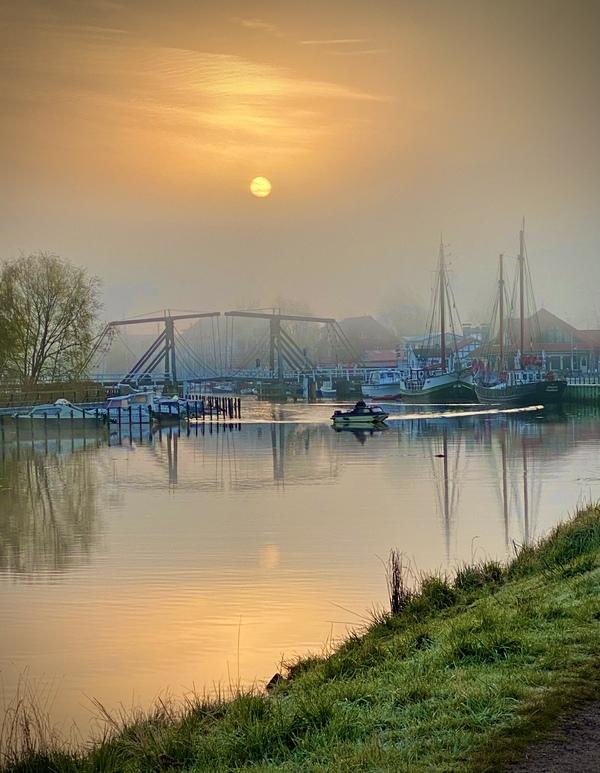 Die Wiecker Brücke im Morgennebel (Foto: Carsten Schulz)