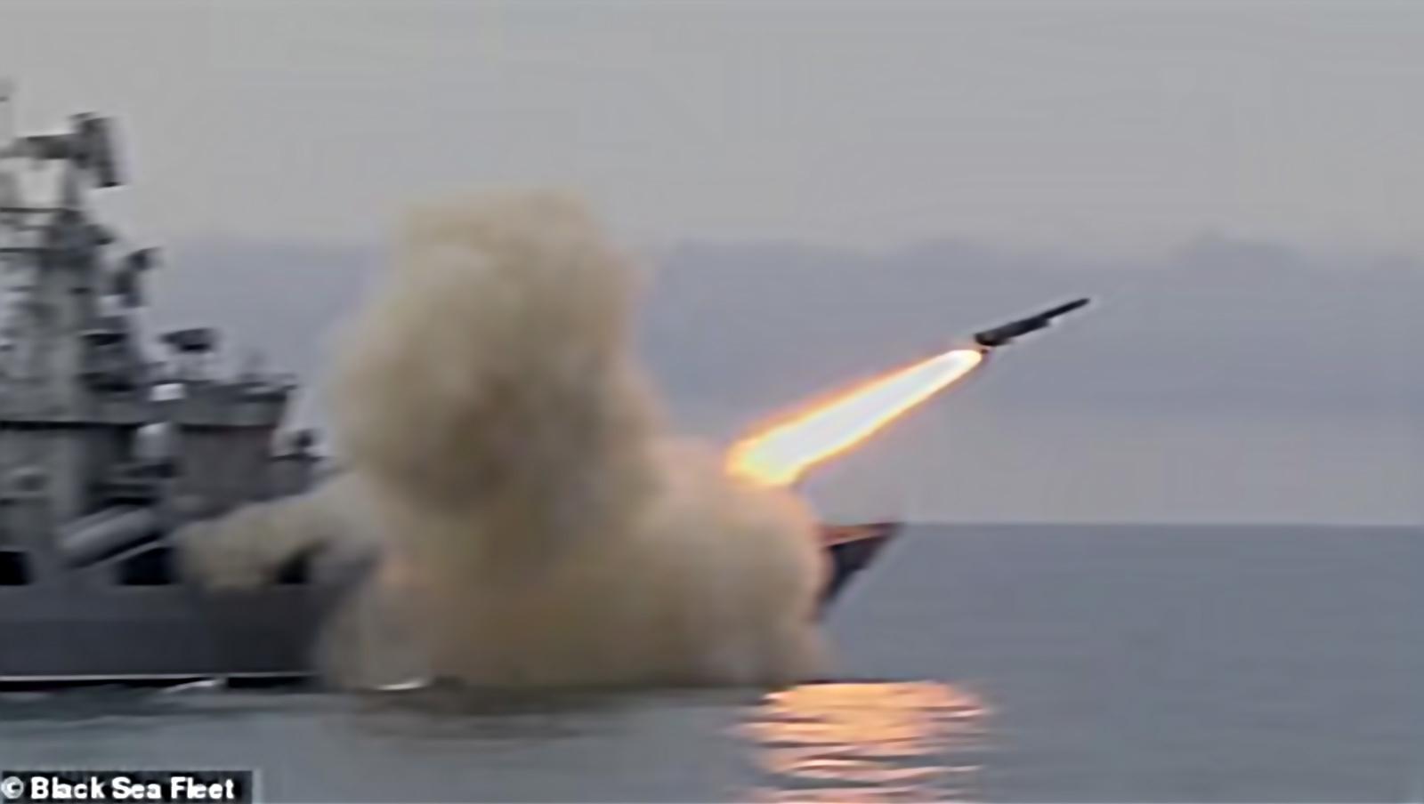 Les tirs de Vulkan interviennent peu de temps avant l'arrivée de deux navires de guerre de la Royal Navy au milieu d'une profonde tension en Ukraine par crainte d'une invasion russe. Photo : dailymail.co.uk.
