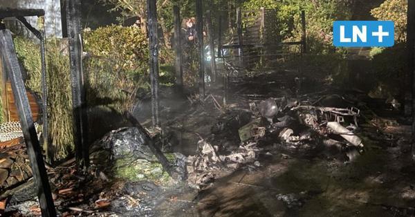Reinbek: Carport steht in Flammen – Motorrad und Fahrräder abgebrannt