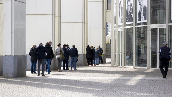 Die Menschen in der  Schlange am Lübecker Impfzentrum in der Muk haben einen der begehrten Impftermine.  Foto: Felix König