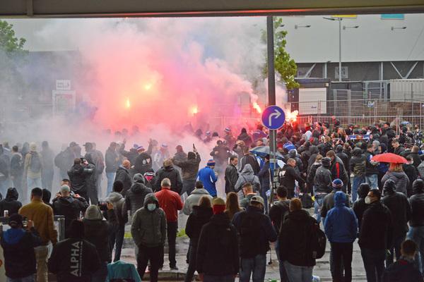 Hunderte Holstein-Fans kamen am Donnerstag zum Spiel gegen Regensburg zum Holstein-Stadion, feierten mit Pyrotechnik, lauten Gesängen und Autokorso das 3:2. Foto: Thomas Eisenkrätzer