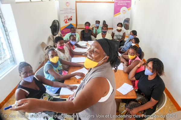 La gestionnaire Carine Clermont lors d'un atelier du programme d'autonomisation économique de Kay Fanm.