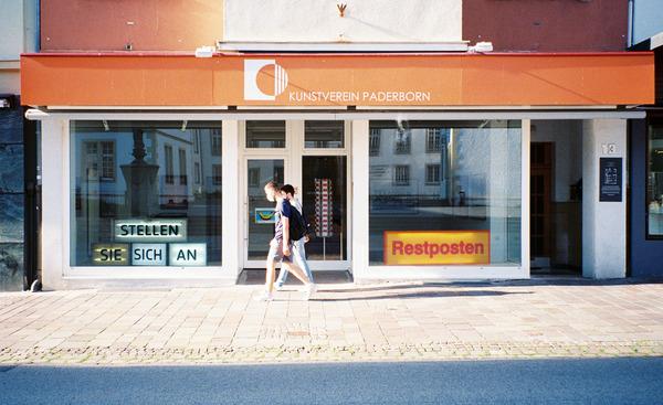 Der Kunstverein Paderborn am Kamp. Leider sind die Highlights am Bein der einen Person etwas überbelichtet, da kann das Lab aber nichts für, sondern nur meine Leica C2.