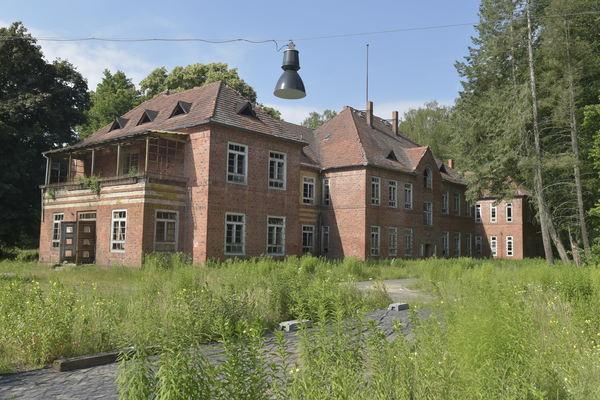 Die meisten Gebäude auf dem Gelände der ehemaligen Lungenheilstätte sind verfallen. Foto: Robert Roeske