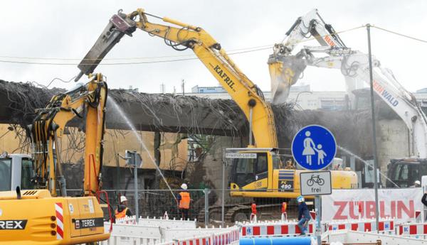 Die Brücke der Nuthestraße in Zentrum Ost wird in diesen Tagen abgerissen. Foto: Bernd Gartenschläger