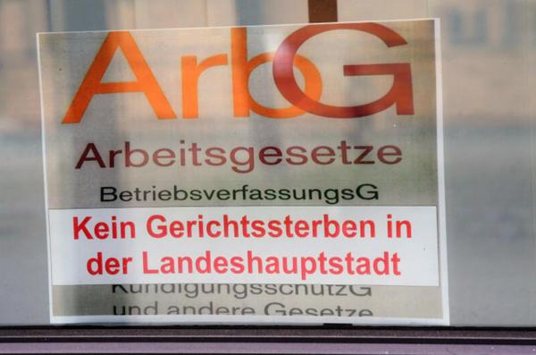 Protest gegen die Schließung im Fenster des Potsdamer Arbeitsgerichts. Foto: Bernd Gartenschläger