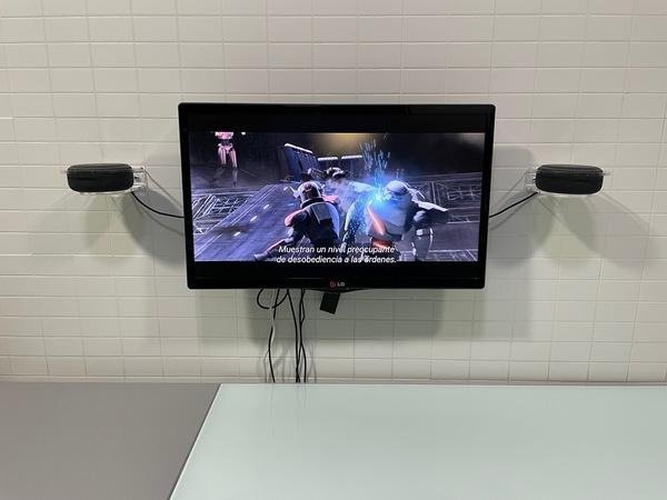 La TV de la cocina con los dos Amazon Echo a los lados, sobre sus soportes de metacrilato transparentes.