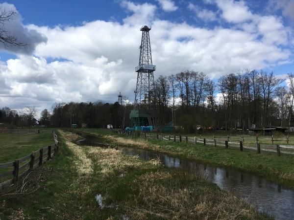 Eine Landmarke: Der sogenannte Bohrturm 70 ist 54 Meter hoch. (Foto: Simon Benne)