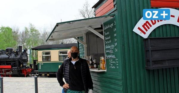 Rügen: Fischbrötchen aus der Imbiss-Lok an der Kleinbahnstation Sellin