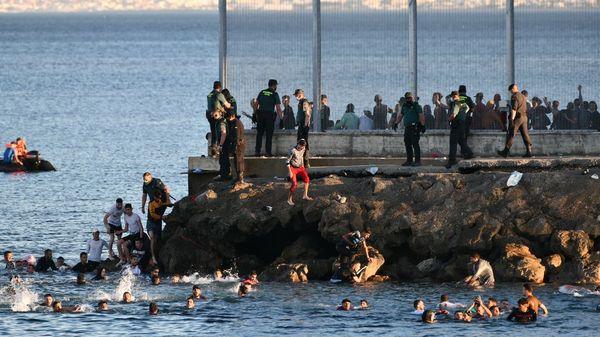Flucht aus Marokko nach Spanien: Tausende Migranten schwimmen nach Ceuta