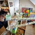 Hugo (8) bouwt 75 meter lange knikkerbaan door het hele huis: 'Alle vriendjes willen hier komen spelen'