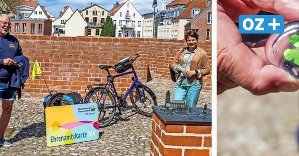 Darum schenkt Ministerin Drese einem Wismarer Radfahrer einen Glücksbringer