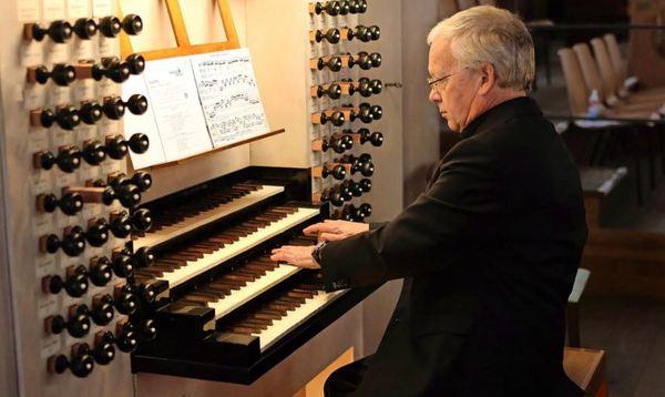 Ab sofort sind sonnabends um 15 Uhr wieder Motetten in der Thomaskirche zu erleben. Thomasorganist Ullrich Böhme spielt diesen Sonnabend an der Orgel.Foto: André Kempner