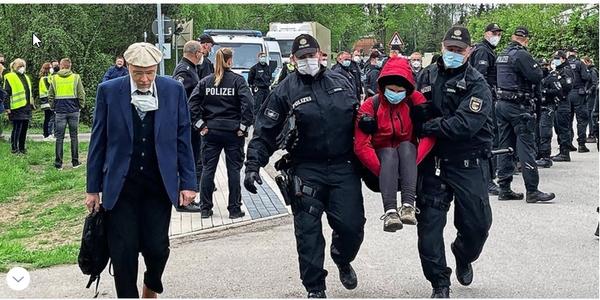 Protest gegen Parteitag der AfD MV in Kemnitz: Polizei nimmt eine Person fest