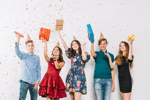 Jugendliche feiern den Start in das Leben als Erwachsene. Foto: freepik