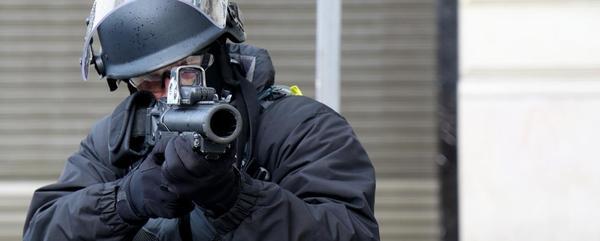 Un policier anti-émeutes sur les Champs-Elysées le 8 décembre 2018/ Zakaria ABDELKAFI - AFP