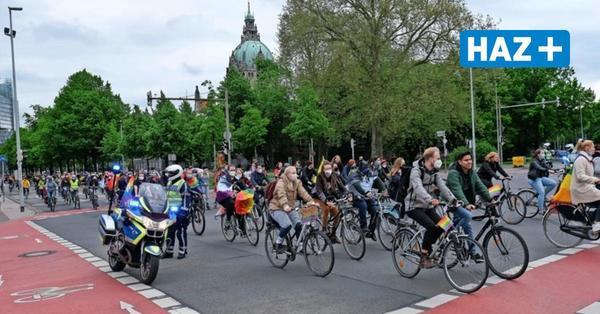 1200 Menschen zeigen beim Christopher-Street-Day in Hannover Flagge