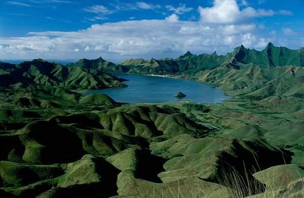 La baie d'Ahurei avec l'île du Tapui, en forme de petite pyramide. (Photo ©Jaume Bartroli, 1995)