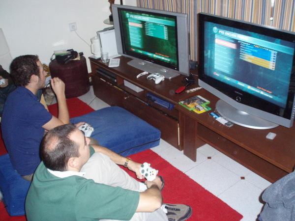 Año 2007. 2 TVs de 32 pulgadas 720p y dos Xbox 360.