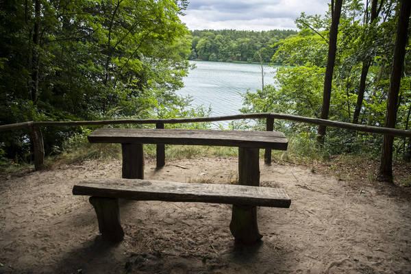 Tisch und Bank mit Blick auf den Liepnitzsee laden zum Verweilen ein. Foto: Emmanuele Contini/Imago