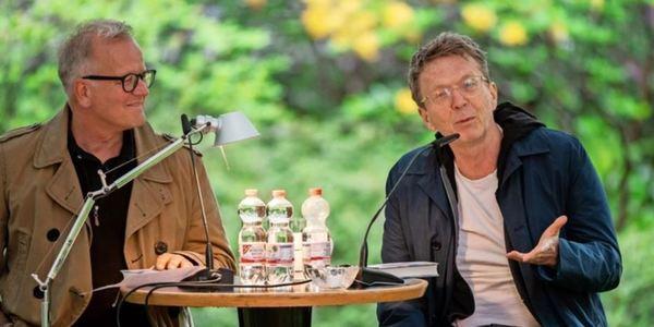 Alexander Osang (r.) mit Literaturhaus-Chef Thorsten Ahrend im Garten in dem Leipziger Haus des Buches. Foto: Christian Modla