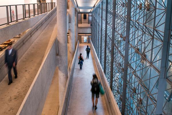 Architektur, die Bewegung und Begegnung inszeniert: Das SESC 24 de Maio. Quelle: paulisson miura / Wikimedia